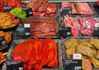 REWE Stolpowski Grillgut Auslage mit Spießen, Schwein und Rind